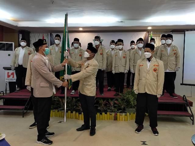 Ketua PW Pemuda Muhammadiyah Kaltara Afandi (kiri) menyerahkan petaka kepada Ketua PD Pemuda Muhammadiyah Tarakan Suharjo Soleika. (foto: jendelakaltara.co)