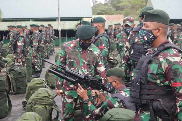 Pangdam VI/Mulawarman Mayjen TNI Heri Wiranto S.E, M.M, M.Tr (Han) mengecek kesiapan prajurit Yonif Rider 613/Raja Alam yang akan bertugas ke Papua. (foto: Penerangan Kodim 0907/Tarakan).
