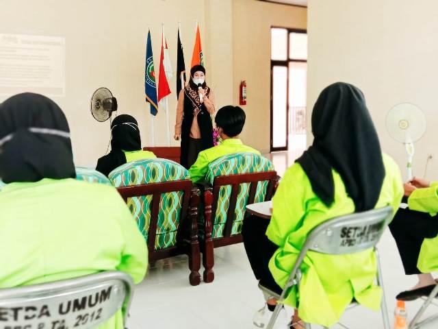 Bupati Nunukan Hj. Asmin Laura Hafid menyampaikan kuliah umum di hadapan mahasiswa Politeknik Negeri Nunukan, Jumat (26/3/2021). (foto: Humas Setda Nunukan)