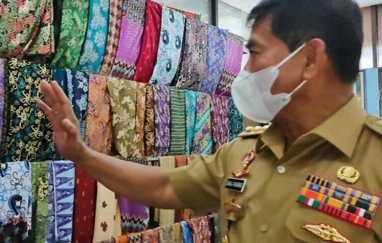 Gubernur Kaltara H. Zainal Arifin Paliwang melihat batik hasil kerajinan Kaltara di galery pengrajin batik di pasar Induk, Tanjung Selor, Bulungan. (foto: Johan/Diskominfo Provinsi Kaltara)