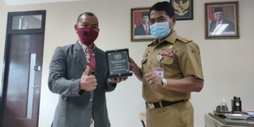 Ketua PWI Kaltara Datu Iskandar (kiri) menyerahkan cinderamata kepada Gubernur Kaltara Zainal A. Paliwang. (foto: Diskominfo Kaltara)