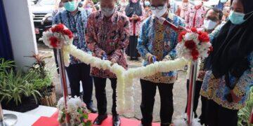 Kepala Perwakilan BI Provinsi Kaltara Yufrizal (dua dari kanan) bersama Ketua Harian Dekranasda Tarakan Untung Prayitno membuka kegiatan Showcasing Karya Kreatif Indonesia 2021 di UMKM Center Tarakan, Senin (29/3/2021). (foto: KPwBI Provinsi Kaltara)