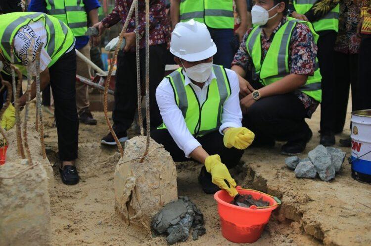 Wali Kota Tarakan melakukan peletakkan batu pertama pembangunan gedung SMPN 14, Jumat (2/4/2021). (foto: Humas Setda Tarakan)
