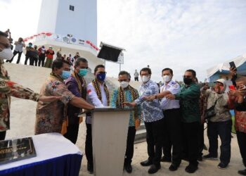 Wali Kota Tarakan dr. H. Khairul M.Kes bersama pejabat lainnya ikut meresmikan pemanfaatan menara suar Tanjung Batu, Jumat (2/4/2021). (foto: Humas Setda Tarakan)