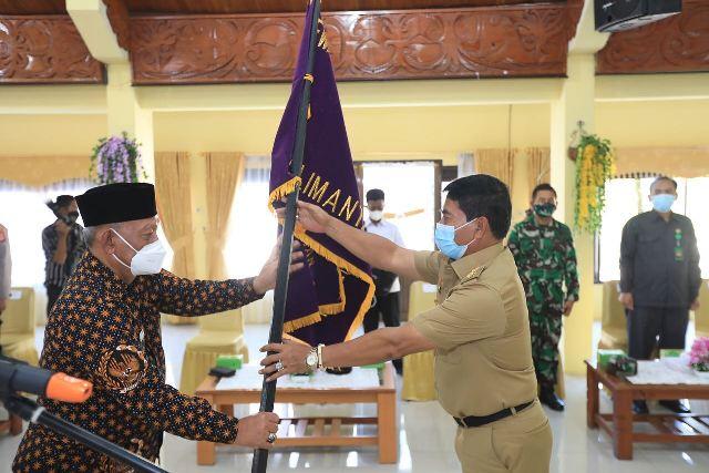 Ketua DHD Badan Pembudayaan Kejuangan 45 Provinsi Kaltara Effendhi Djuprianto (kiri) menerima petaka dari Gubernur Kaltara Zainal A. Paliwang pada acara pelantikan, Senin (12/4/2021). (foto: Bagian Protokol dan Komunikasi Pimpinan Setda Tarakan)