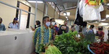 Usai meresmikan, Wali Kota Tarakan dr. H. Khairul M.Kes bersama tamu undangan meninjau pedagang di Pasar Rakyat Bais, Sabtu (10/4/2021). (foto: Humas Setda Tarakan)
