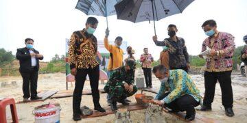 Wali Kota Tarakan dr. H. Khairul M.Kes melakukan peletakkan batu pertama pembangunan gedung pertemuan untuk umat Nasrani, Sabtu (10/4/2021). (foto: Humas Setda Tarakan).