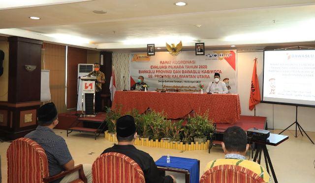 Wali Kota Tarakan dr. H. Khairul M.Kes menyampaikan sambutan pada rapat koordinasi evaluasi Pilkada tahun 2020 di Swiss-belhotel Tarakan, Jumat (16/4/2021). (foto: Bagian Protokol dan Komunikasi Pimpinan Setda Tarakan)