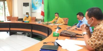 Wali Kota Tarakan dr. H. Khairul, M. Kes beserta jajarannya melakukan rapat koordinasi membahas dan mengevaluasi pelaksanaan imunisasi Covid-19 serta proses PTM di Ruang Kerja Wali Kota, Kamis (15/4/2021). (foto: Bagian Protokol dan Komunikasi Pimpinan Setda Tarakan)