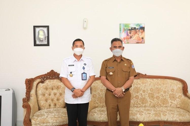 Kepala BNNK Tarakan Agus Sutanto (kiri) bersama Wali Kota Tarakan dr. H. Khairul M.Kes. (foto: Bagian Protokol dan Komunikasi Pimpinan Setda Tarakan)