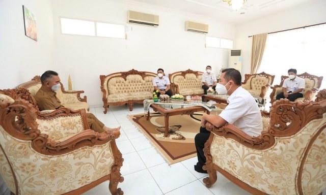 Wali Kota Tarakan dr. H. Khairul M.Kes (kiri) berbincang dengan Kepala BNNK Tarakan yang baru Agus Sutanto di rumah jabatannya, Selasa (20/4/2021). (foto: Bagian Protokol dan Komunikasi Pimpinan Setda Tarakan)