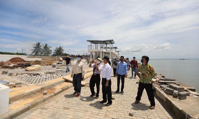 Wali Kota Tarakan bersama instansi terkait meninjau progres tahap pertama pembenahan Pantai Amal, Minggu (18/4/2021). (foto: Bagian Protokol dan Komunikasi Pimpinan Setda Tarakan)