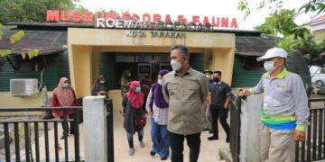 Wali Kota Tarakan dr. H. Khairul M.Kes saat meninjau museum rumah bundar, Minggu. (24/4/2021). (foto: Bagian Protokol dan Komunikasi Pimpinan Setda Tarakan)