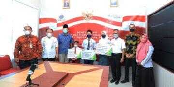 Wali Kota Tarakan dr. H. Khairul M.Kes bersama siswa penerima beasiswa pendidikan anak peserta program JKK dan JKM BPJS Ketenagakerjaan. (foto: Bagian Protokol dan Komunikasi Pimpinan Setda Tarakan)