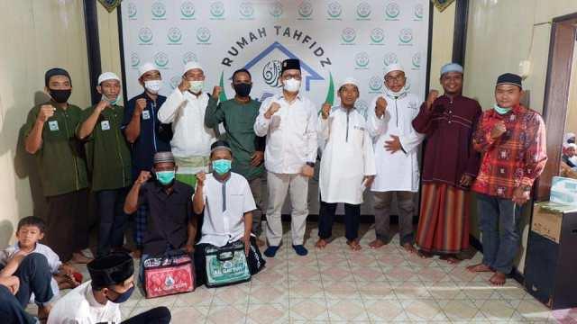 Senator asal Kaltara Hasan Basri bersama pengurus Yayasan Bina Al Karima Tarakan. (foto: Tim HB)