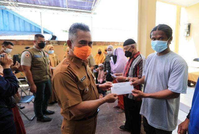 Wali Kota Tarakan dr. H. Khairul M.Kes menyerahkan bantuan kepada korban kebakaran Selumit Pantai, Senin (26/4/2021). (foto: Bagian Protokol dan Komunikasi Pimpinan Setda Tarakan)