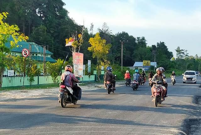 Jalan Aki Balik tepatnya di depan Mako Yonif 613/Raja Alam sudah dilalui pengendara dengan mulus. (foto: jendelakaltara.co)