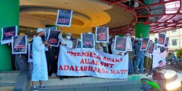 Aliansi Masyarakat Cinta Damai Kaltara melakukan aksi di depan GTM, Jumat (30/4/2021). (foto: jendelakaltara.co)