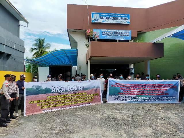 Sejumlah mahasiswa Malinau menggelar aksi damai di Kantor Badan Penghubung Pemprov Kaltara Perwakilan Tarakan di Jalan Mulawarman, Senin (12/4/2021). (foto: jendelakaltara.co)