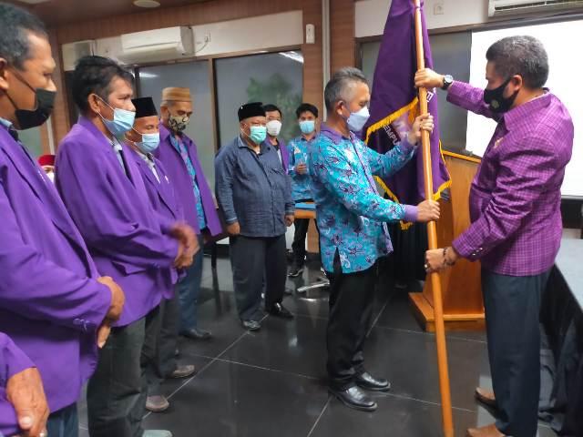 Ketua DPW HIKMA Kaltara dr. H. Khairul M.Kes (kiri) menerima petaka dari Sekjen DPP HIKMA Muhammad Said UR, Sabtu (3/4/2021). (foto: jendelakaltara.co)