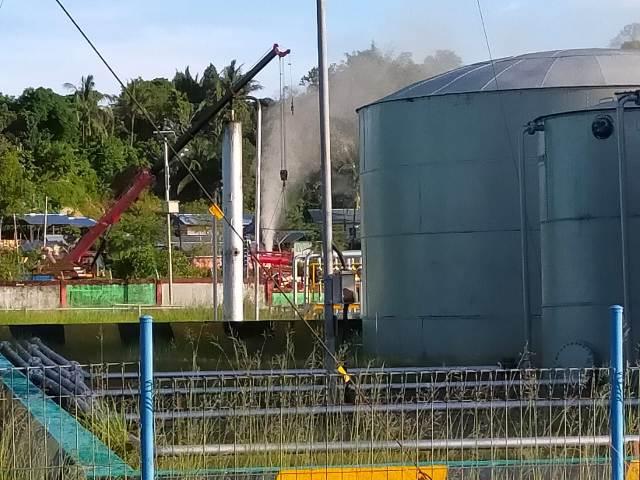 Semburan gas bercampur minyak yang terjadi di Sumur PAM-235, Minggu (4/4/2021). Kondisinya kini sudah tertatasi. (foto: jendelakaltara.co)