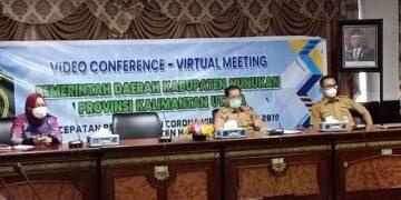 Sekda Nunukan Serfianus (tengah) mengikuti Musrembang RKPD Tahun 2022 yang dilaksanakan secara virtual oleh Pemprov Kaltara, Selasa (13/4/2021). (foto: Humas Setda Nunukan)