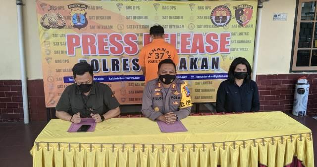Kapolres Tarakan AKBP Fillol Praja Arthadira (kanan) memberikan keterangan pers terkait kasus pencabulan, Selasa (13/4/2021). (foto: Istimewa)