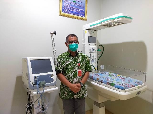 Direktur RSUD Tarakan dr. Muhammad Hasbi Hasyim Sp.PD memperlihatkan beberapa peralatan di ruang NICU RSUD Tarakan. (foto: jendelakaltara.co)