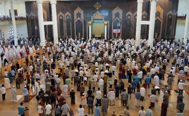 Pelaksanaan shalat Iduladha pada 31 Juli tahun lalu di Masjid Raya Baitul Izzah Tarakan yang telah menerapkan protokol kesehatan. (foto: jendelakaltara.co)