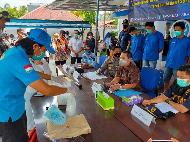 Prosesi pemusnahan barang bukti sabu seberat 2 kilogram di Kantor BNNP Kaltara, Rabu (14/4/2021). (foto: jendelakaltara.co)