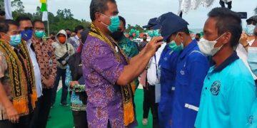Dirjen Perhubungan Laut Kementerian Perhubungan Agus H. Purnomo menyematkan tanda peserta diklat kepada peserta. (foto: jendelakaltara.co)