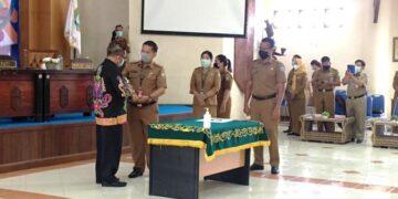 Serah terima memori jabatan dari Topan Amrullah kepada Plh Bupati Malinau Ernes Silvanus. (foto: Istimewa)