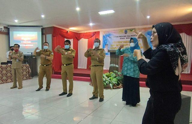Gubernur Kaltara Zainal A. Paliwang bersama Kepala Dinsos Heri Rudiyono mempraktekkan bahasa isyarat. (foto: Diskominfo Kaltara)