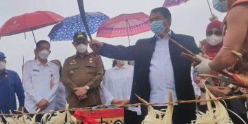Gubernur Kaltara Zainal A. Paliwang disambut dengan upacara Potong Rotan sebagai tanda telah memasuki wilayah Krayan. (foto: Diskominfo Kaltara)