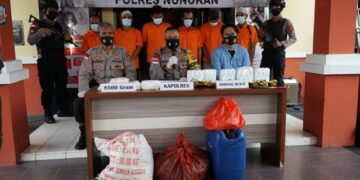Kapolres Nunukan AKBP Syaiful Anwar menggelar press realease terkait pengungkapan dua kasus sabu dengan berat 8,5 kg, Kamis (22/4/2021). (foto: Humas Polres Nunukan)
