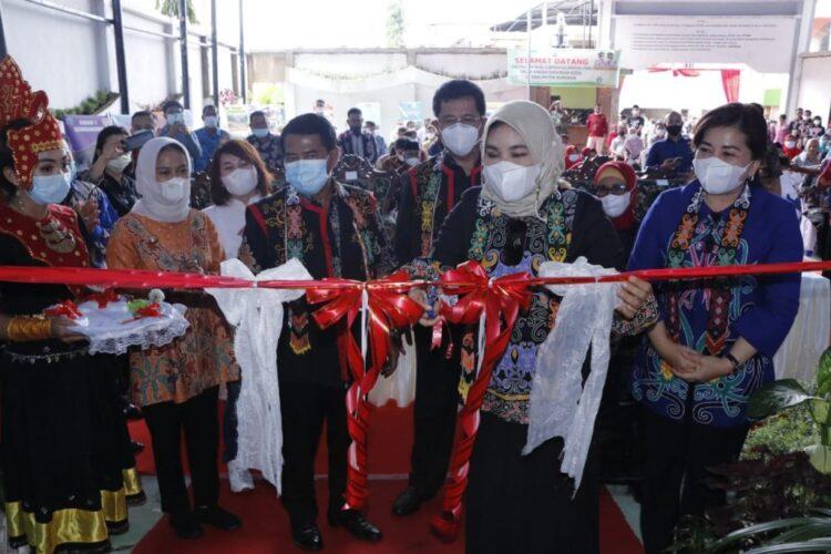 Pengguntingan pita oleh istri gubernur disaksikan Gubernur Kaltara Zainal A. Paliwang, Wakil Gubernur Yansen TP dan tamu undangan lainnya. (foto: Diskominfo Kaltara)