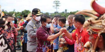 Gubernur Kaltara Zainal A.Paliwang bersama Wagub Yansen TP menyapa pejabat Malinau di bandara RA Bessing. (foto: Diskominfo Kaltara)