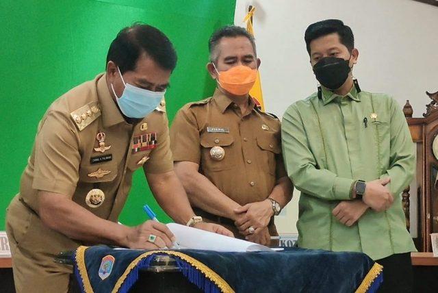 Gubernur Kaltara Zainal A. Paliwang menandatangani berita acara penyerahan aset disaksikan Wali Kota Tarakan Khairul dan Ketua DPRD Tarakan Al Rhazali,  Senin (12/4/2021). (foto: Diskominfo Kaltara)