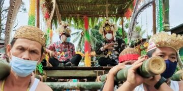 Gubernur Kaltara Zainal A. Paliwang dan Wagub Yansen TP ditandu oleh warga Desa Long Pari. (foto: Diskominfo Kaltara)