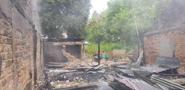 Rumah milik Longga yang dimanfaatkan untuk tempat tinggal pekerjanya, habis dilahap api. (foto: PMK Tarakan)