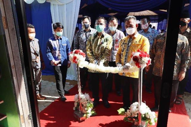 Kepala Perwakilan Bank Indonesia Provinsi Kaltara Yufrizal bersama Wali Kota Tarakan dr. H. Khairul M.Kes meresmikan bantuan sarana dan prasarana pondok pesantren dari KPwBI Kaltara, Kamis (1/4/2021). (foto: Humas KPwBI Kaltara)