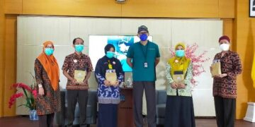 dr. Nugroho Setyowardoyo Sp. OT(K) Spine bersama peserta talk show di Auditorium Lantai 6 RSUD Tarakan, Kamis (8/4/2021). (foto: jendelakaltara.co)