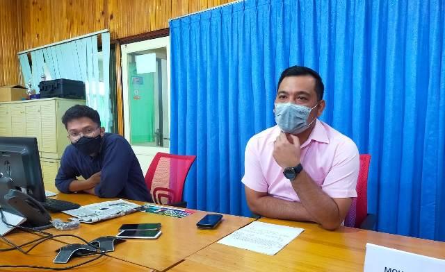 Tarakan Legal & Relation Assistant Manager Anton Humala Doloksaribu (kanan) memberi keterangan pers, Selasa (6/4/2021). (foto: jendelakaltara.co)