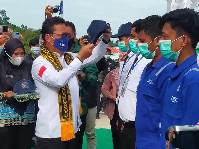 Wakil Ketua Komite II DPD RI Hasan Basri menyematkan topi kepada peserta diklat, Jumat (2/4/2021). (foto: jendelakaltara.co)