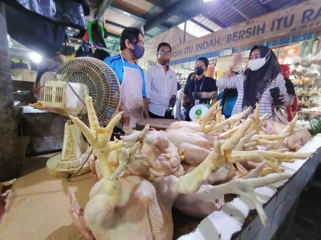 Tim Satgas Pangan Kaltara memantau harga ayam di pasar Gusher Tarakan, Rabu (21/4/2021). (foto: Istimewa)