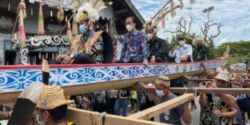 Gubernur Kaltara Zainal A. Paliwang bersama Wagub Yansen TP diarak masyarakat Desa Long Loreh dengan menaiki perahu. (foto: Humas PT. KPUC)