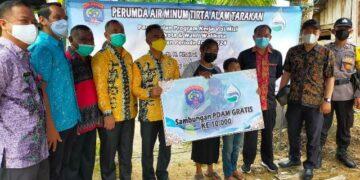 Wali Kota Tarakan dr. H. Khairul M.Kes bersama Emi Markus yang warga ke 10 ribu yang dipasangkan PDAM gratis di rumahnya. (foto: jendelakaltara.co)