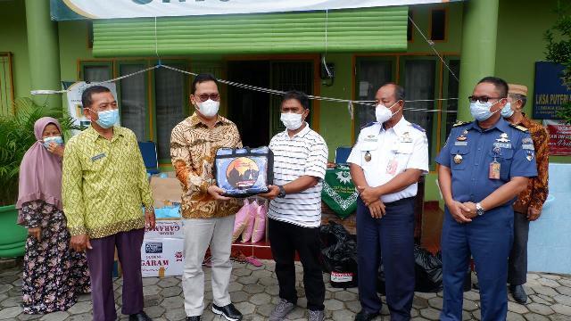 Disaksikan mitra kerjanya, Wakil Ketua Komite II DPD RI Hasan Basri menyerahkan bantuan paket Ramadan kepada pengelola Panti Asuhan putri Melati Tarakan, Kamis (22/4/2021). (foto: Tim HB)