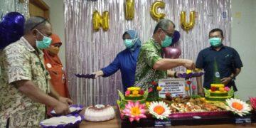 Direktur RSUD Tarakan dr. Muhammad Hasbi Hasyim Sp.PD memotong tumpeng sebagai rasa syukur atas dibukanya layanan ruang NICU, Kamis (1/4/2021). (foto: jendelakaltara.co)