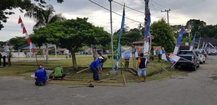 Masyarakat Desa Long Loreh Kecamatan Malinau Selatan memasang umbul-umbul untuk menyambut kedatangan Gubernur dan Wakil Gubernur Kaltara. (foto: Humas PT. KPUC)